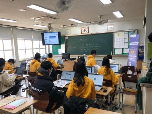 2.경북교육청, 미래형 무선인터넷 교실 구축 완료(무선망이 구축된 구미고에서 소프트웨어 수업을 하고 있다).jpg