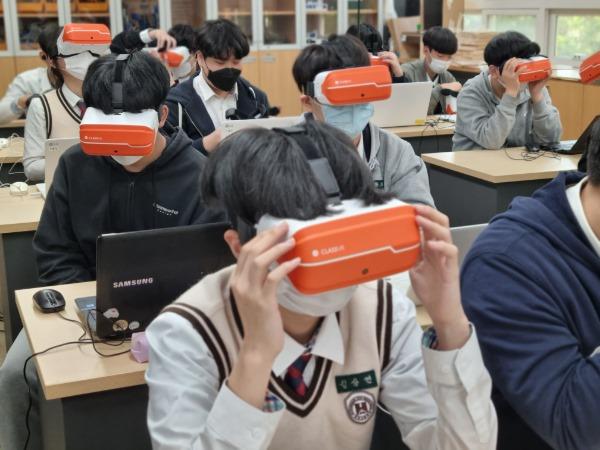 1.에듀테크 사업 공모 재선정으로 미래형 교육혁신 박차!01(구미 형곡고 VR활용 수업 장면).jpg