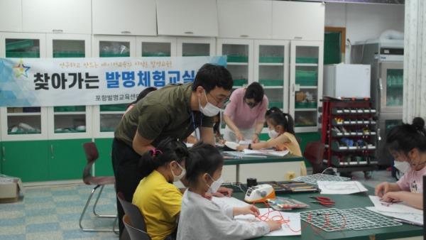 1. 쾌거 경북 발명교육 전국최고 입증하다 01 (포항발명교육센터 과학교사가 학생을 지도하고 있다).JPG