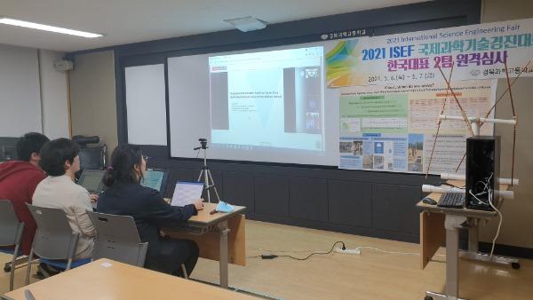4.경북교육청, 국제과학대회 휩쓸어01(2021 ISEF(International Science Engineering Fair, 국제과학기술경진대회)'에서 한국대표로 출전한 포항 경북과학고 학생팀이 발표하고 있는 모습).jpg