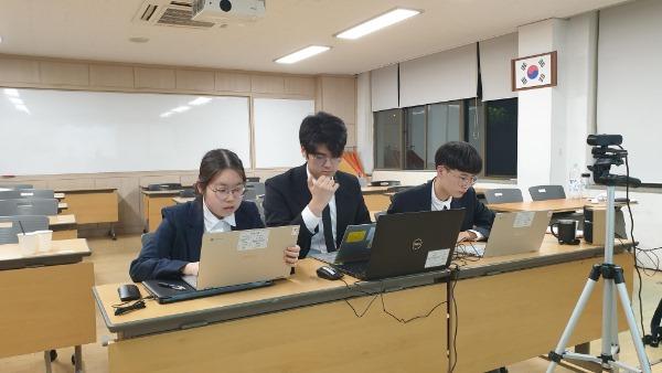 4.경북교육청, 국제과학대회 휩쓸어02(2021 ISEF(International Science Engineering Fair, 국제과학기술경진대회)'에서 한국대표로 출전한 포항 경북과학고 학생팀이 발표하고 있는 모습).jpg